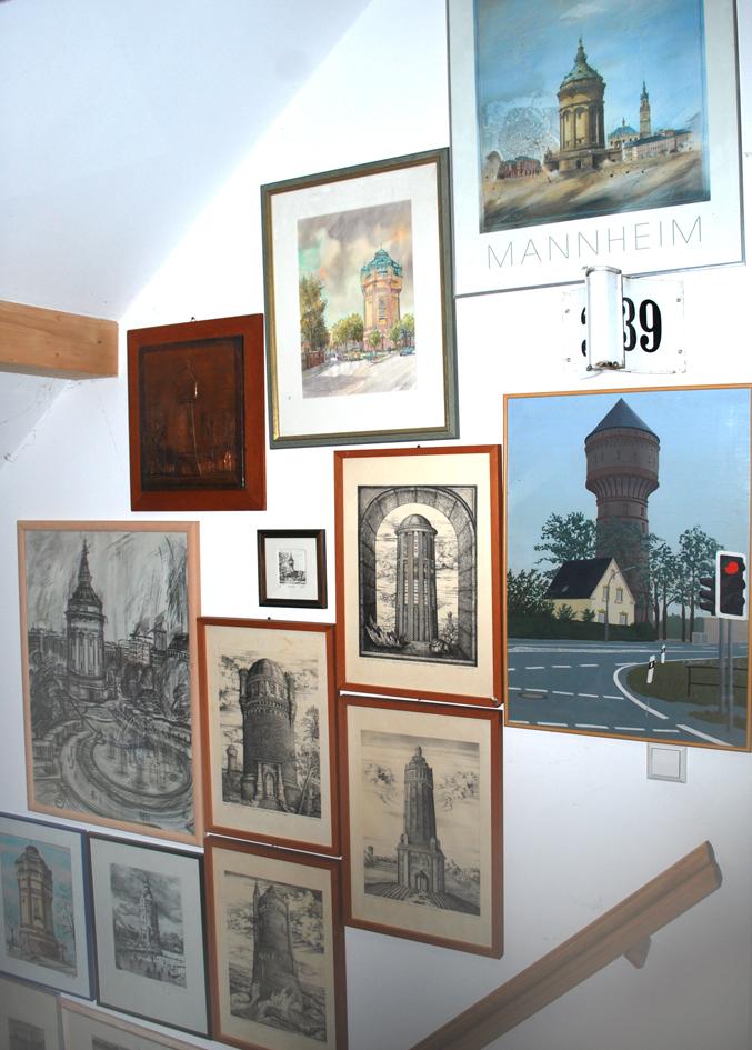 Künstlerische Darstellungen von Wassertürmen in der Wohnung des Autors