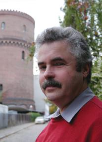 Wassertürme sind seine Leidenschaft: Dr. Jens U. schmidt vor dem Wasserturm Berlin Neukölln